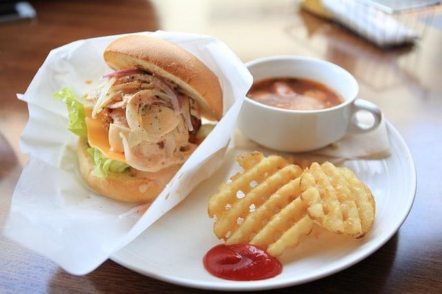 מגשי אירוח וסנדוויץ בשרי